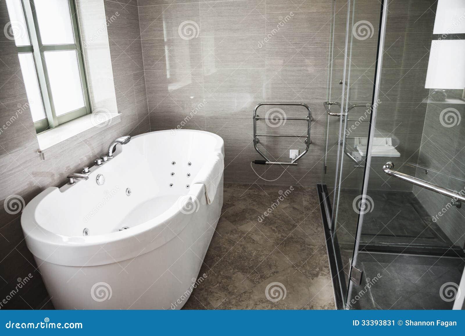 Moderno, Limpio, Cuarto De Baño Con La Bañera Y Ducha. Imagen de ...