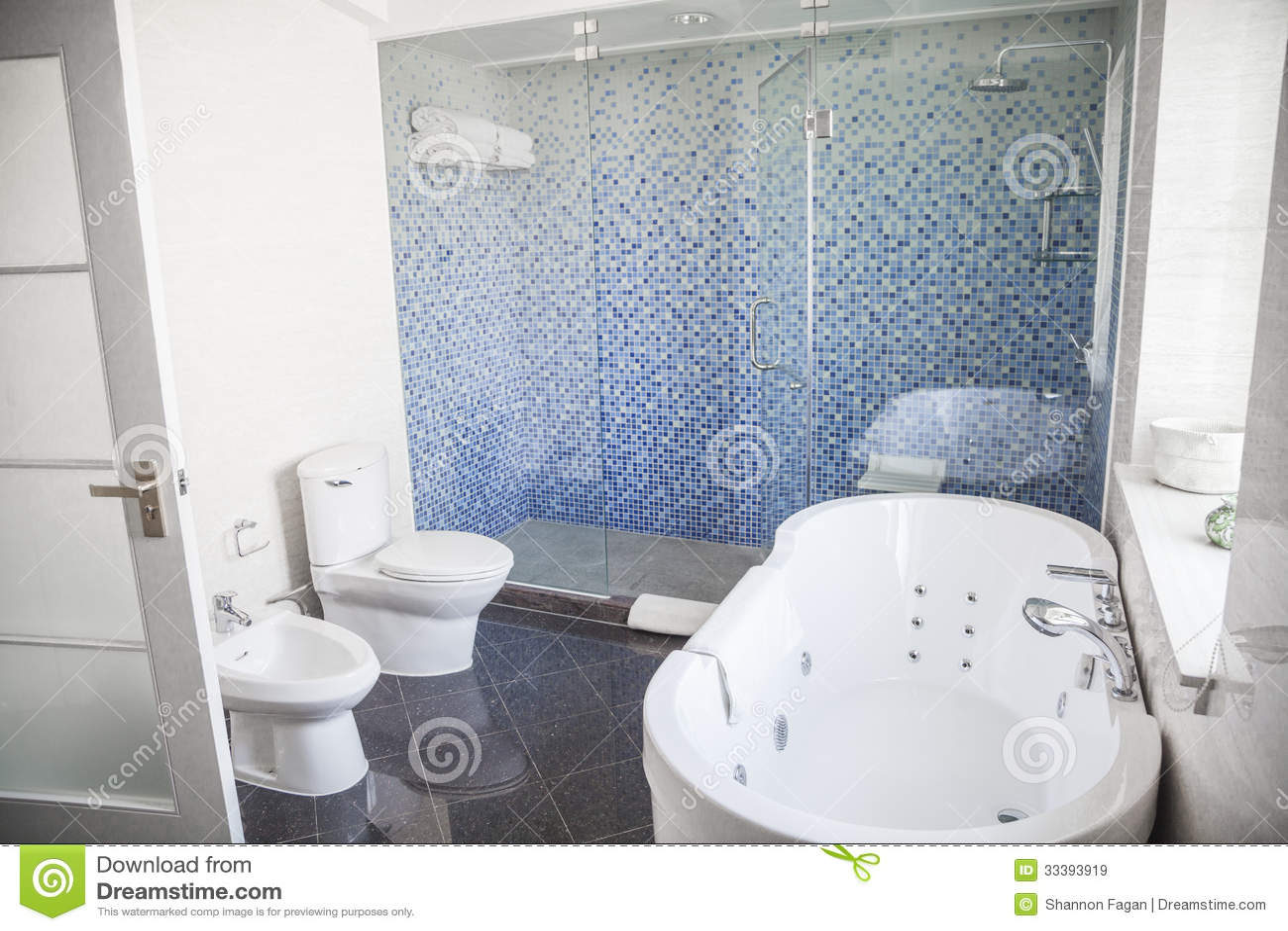 Moderno pulito bagno con la toilette lavandino doccia - Bagno moderno con vasca ...