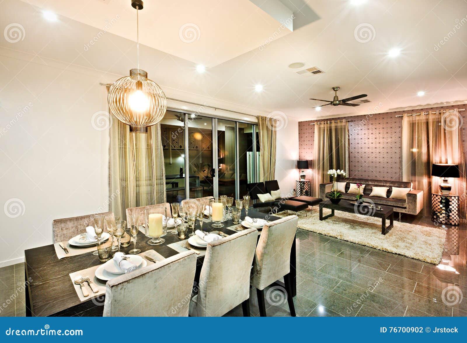 Modernt äta middag område med stolar och exponeringsglas under hängande ljus