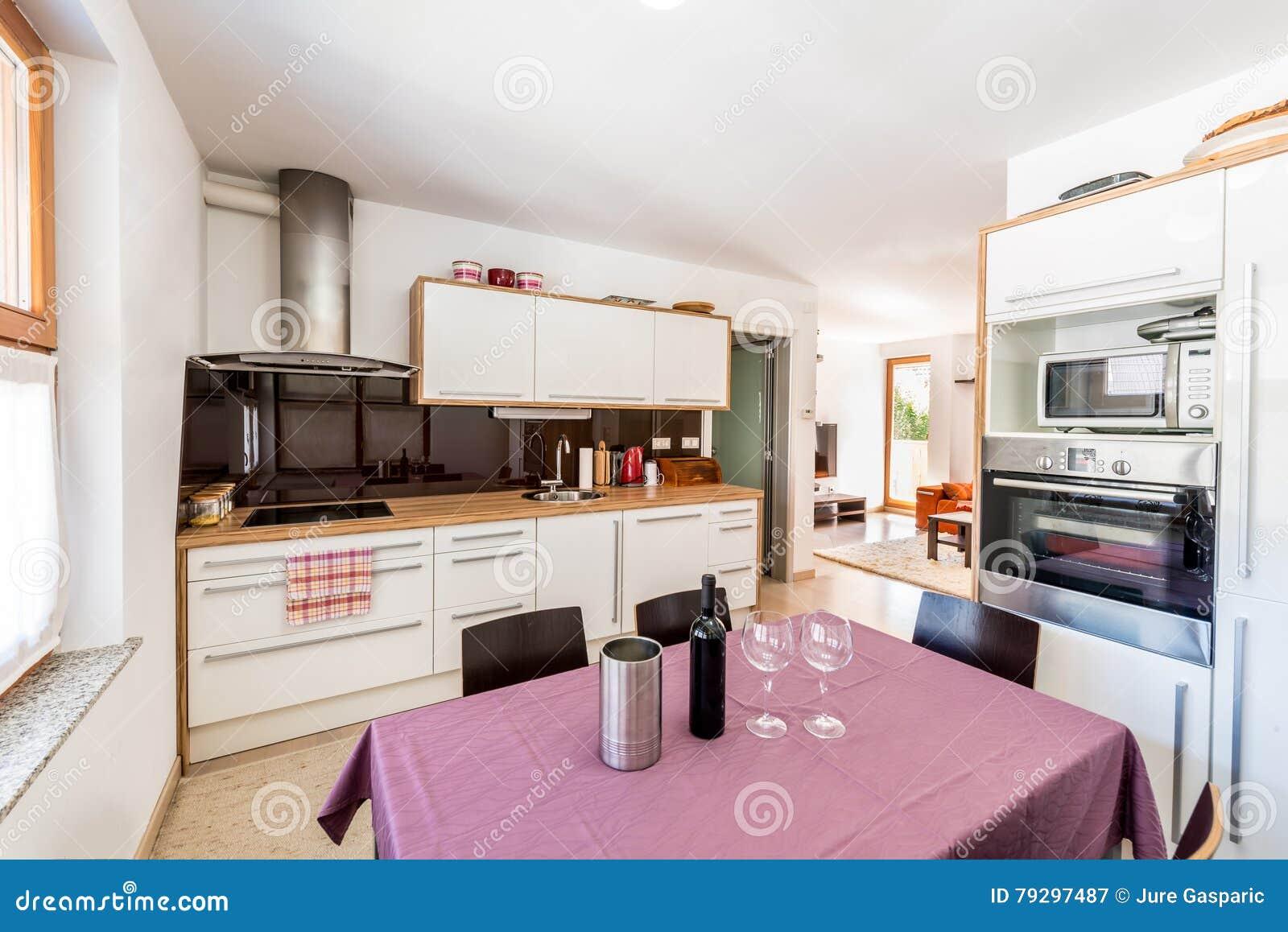 Modernt öppet utrymmekök med sikt av vardagsrum