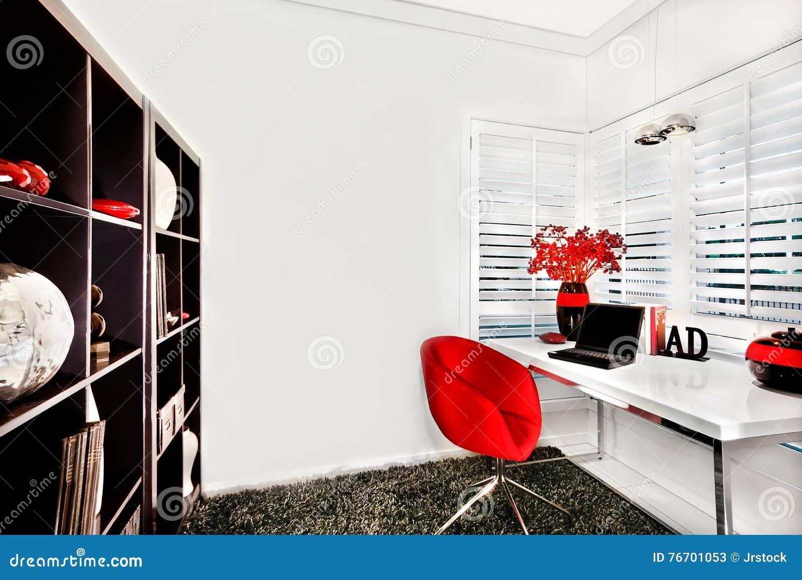 Modernt arbetsrum i ett lyxigt hus med en liten vit tabell