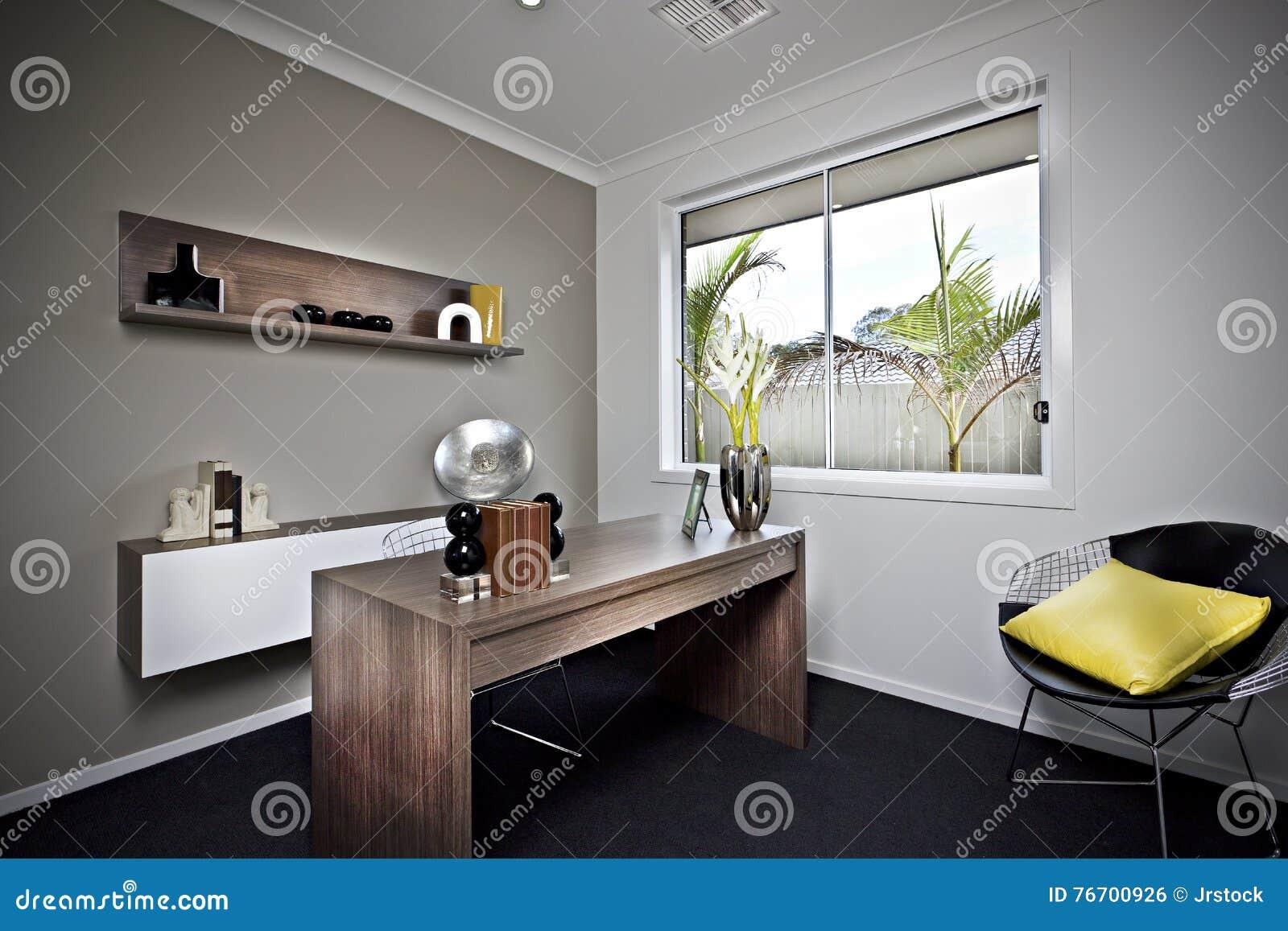 Modernt arbetsrum med trätabellen och utsmyckade objekt