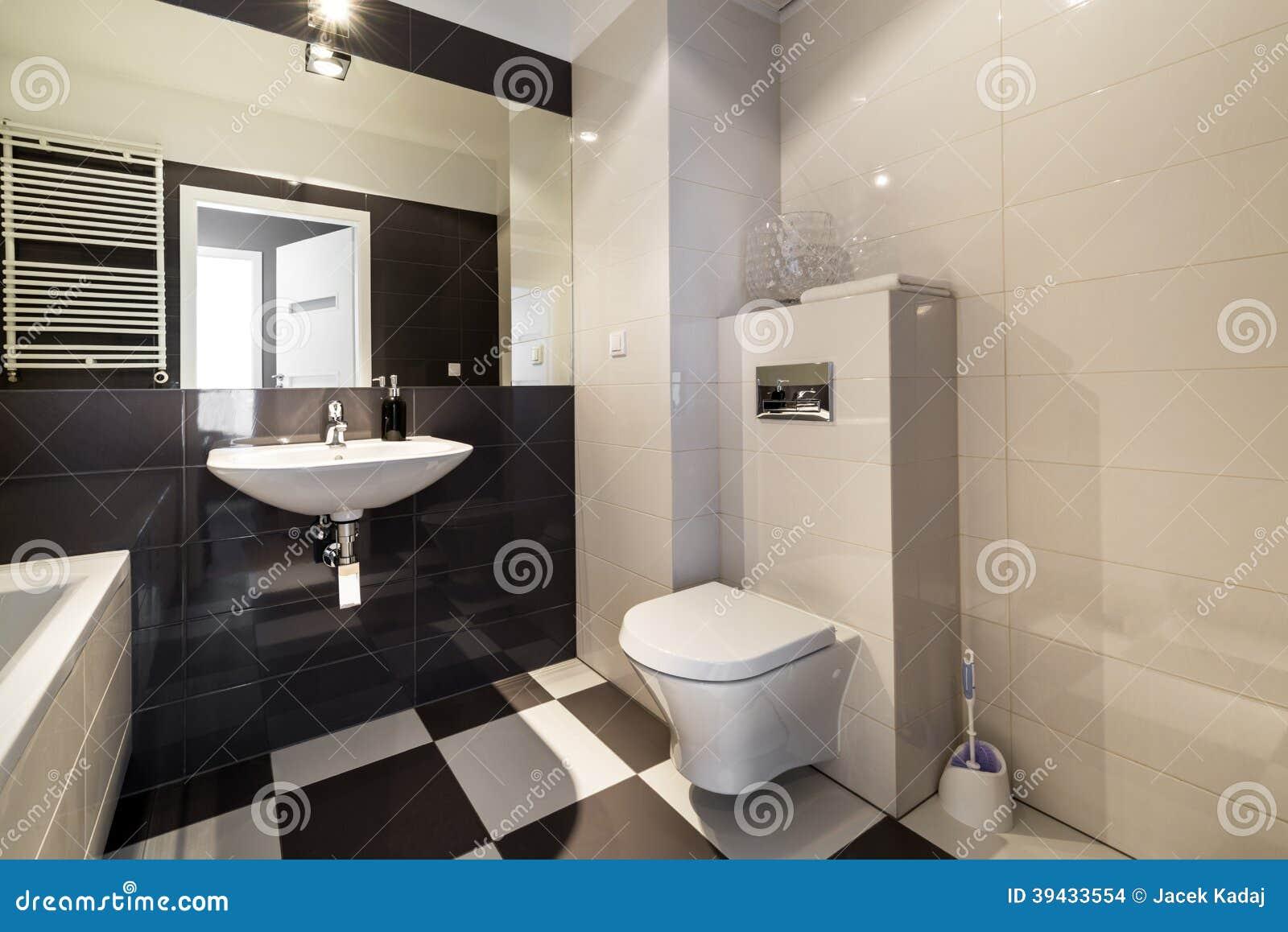 Modernt Badrum I Beige Färg Arkivfoto - Bild: 39433554