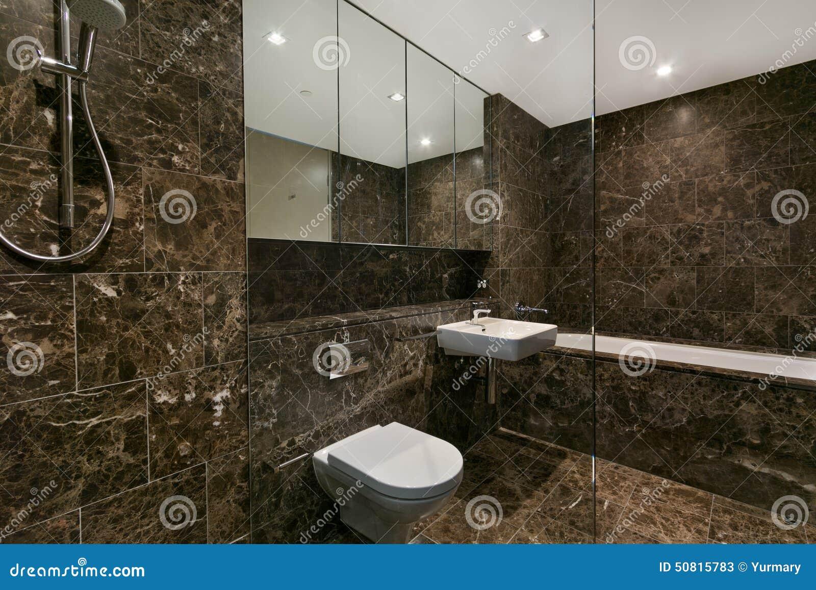 Modernt badrum i lyxig lägenhet arkivfoto   bild: 50815783