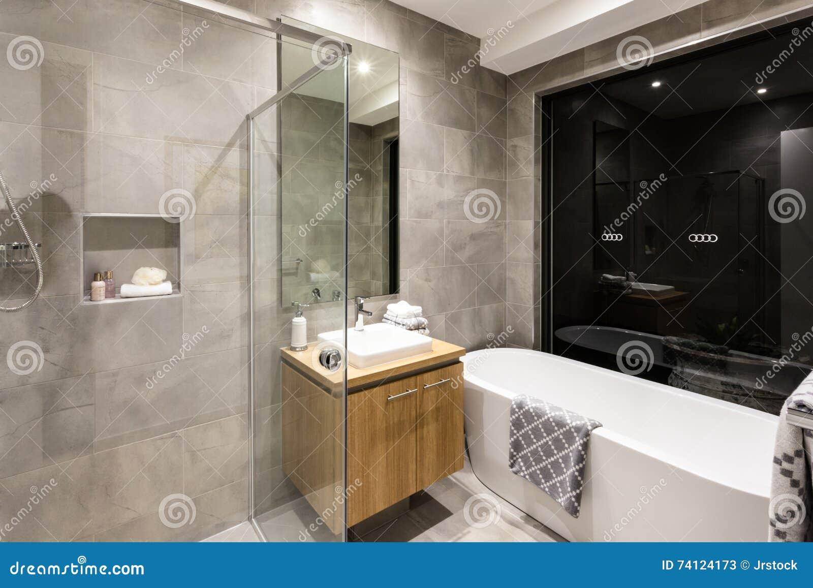 Det moderna badrummet med rundan badar och duschar arkivfoto ...