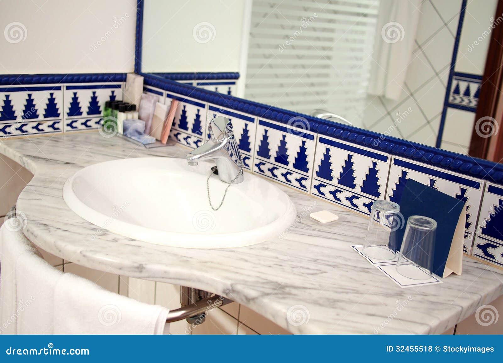 Modernt badrum med vasken och spegeln