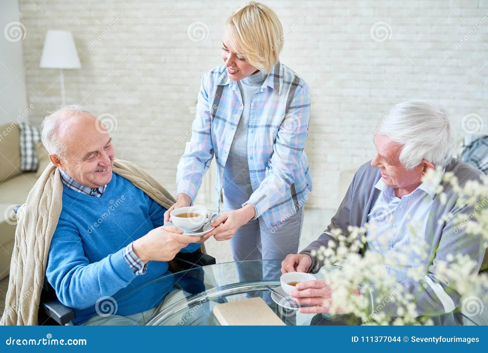 Modernt högt folk som tycker om te