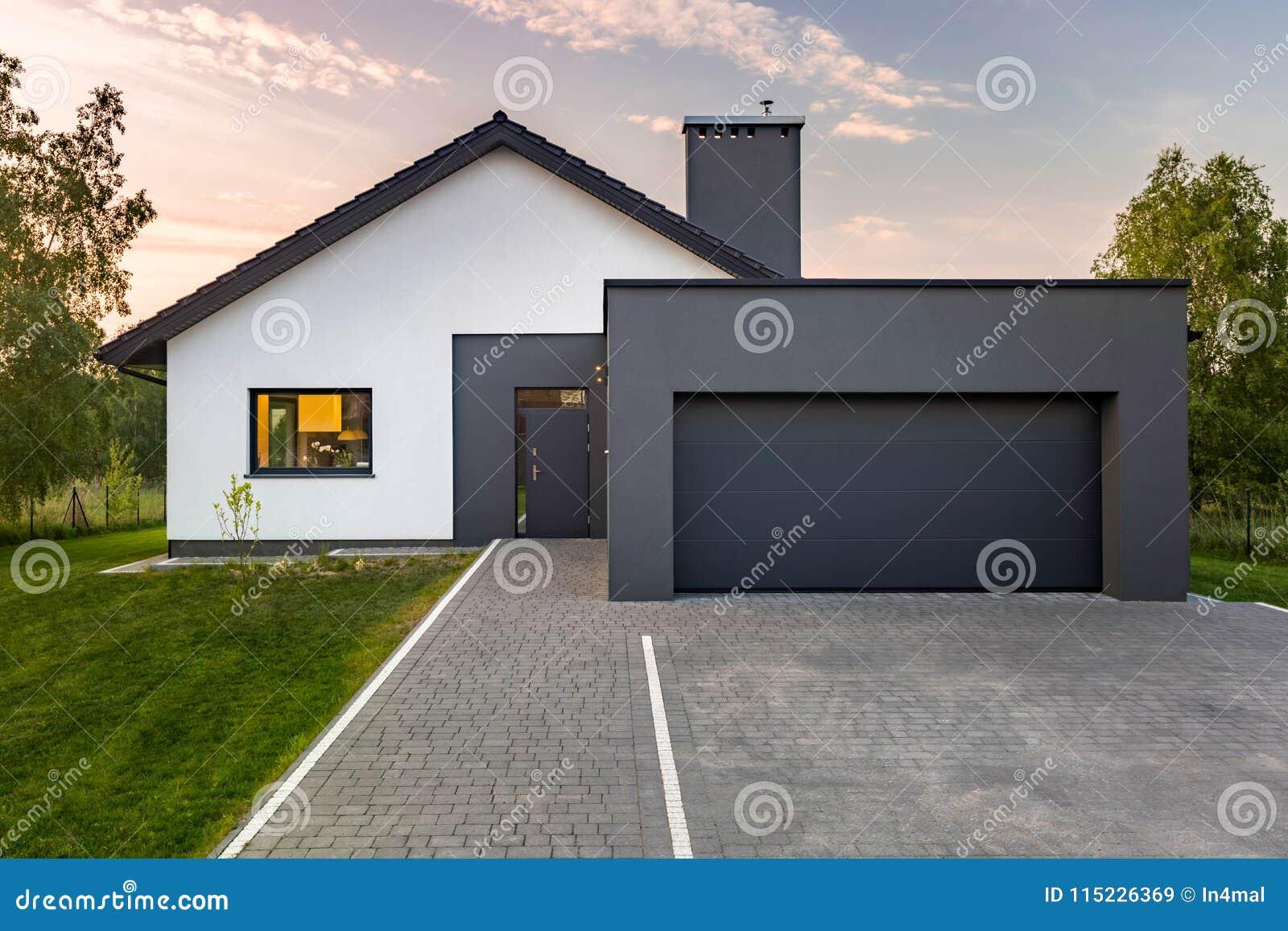 Modernt hus med det stora garaget