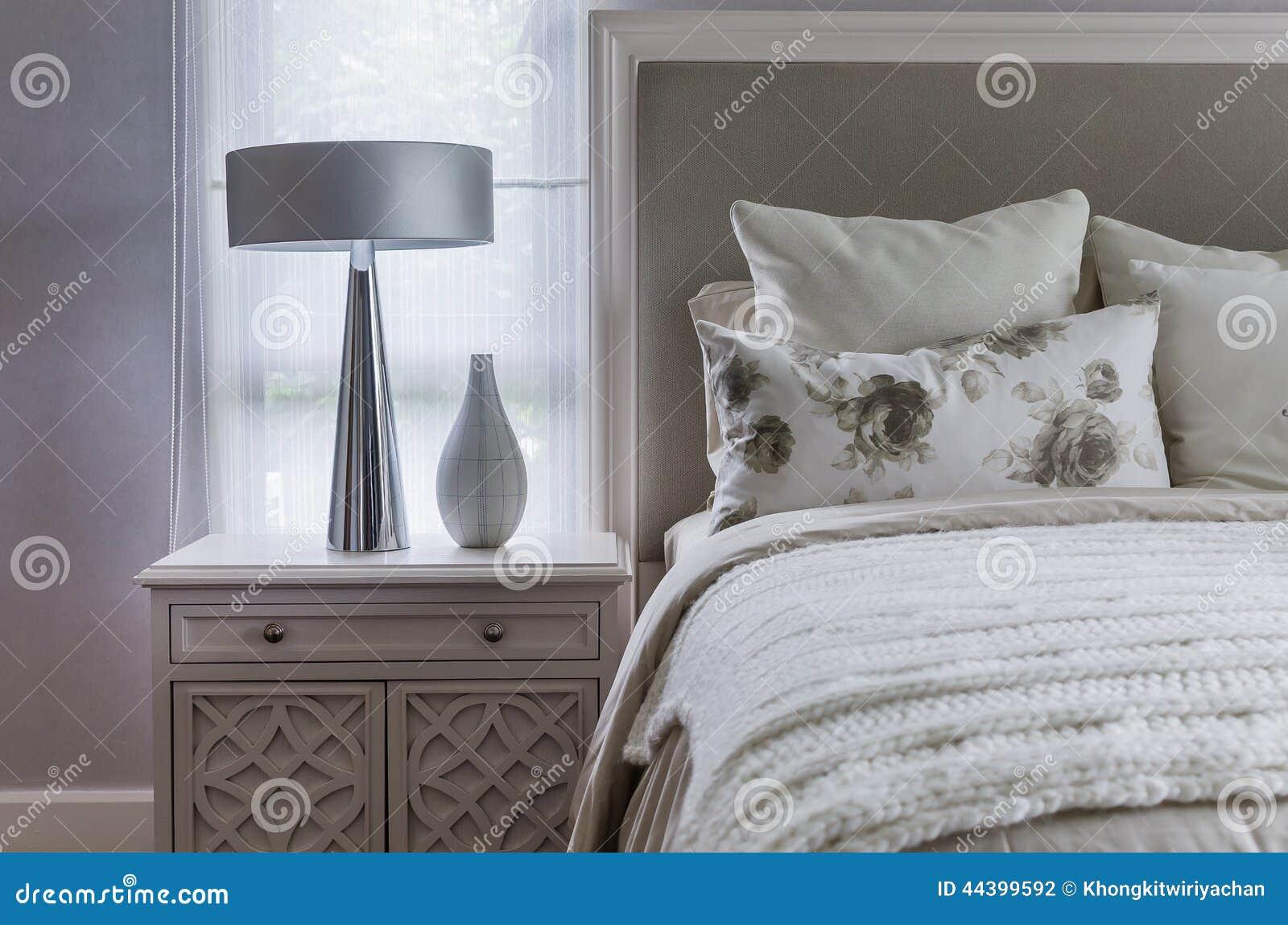 Modernt inre vitt sovrum arkivfoto   bild: 44399592