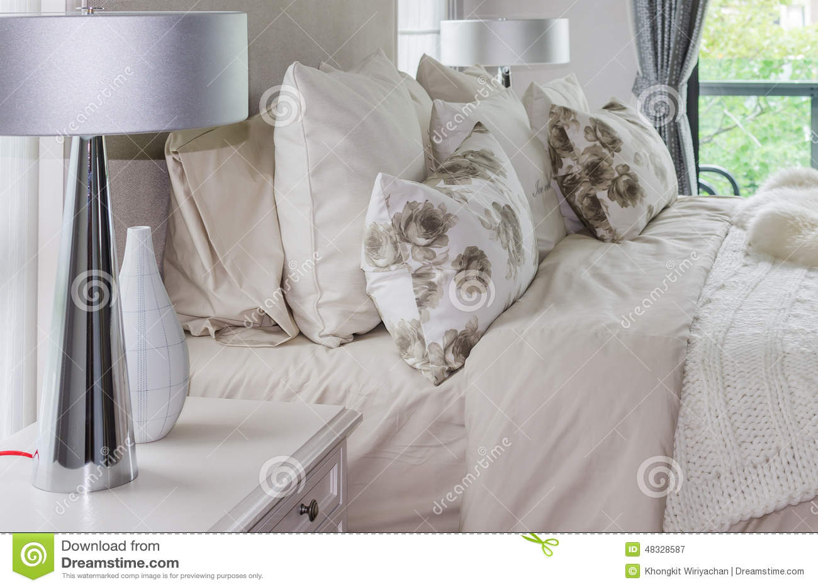 Modernt inre vitt sovrum med lampor arkivfoto   bild: 48328587