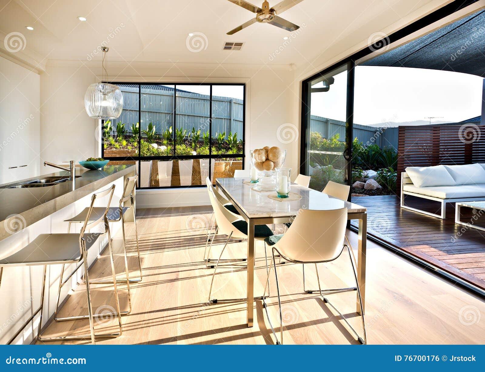 Modernt kök- och äta middagområde på trägolvet
