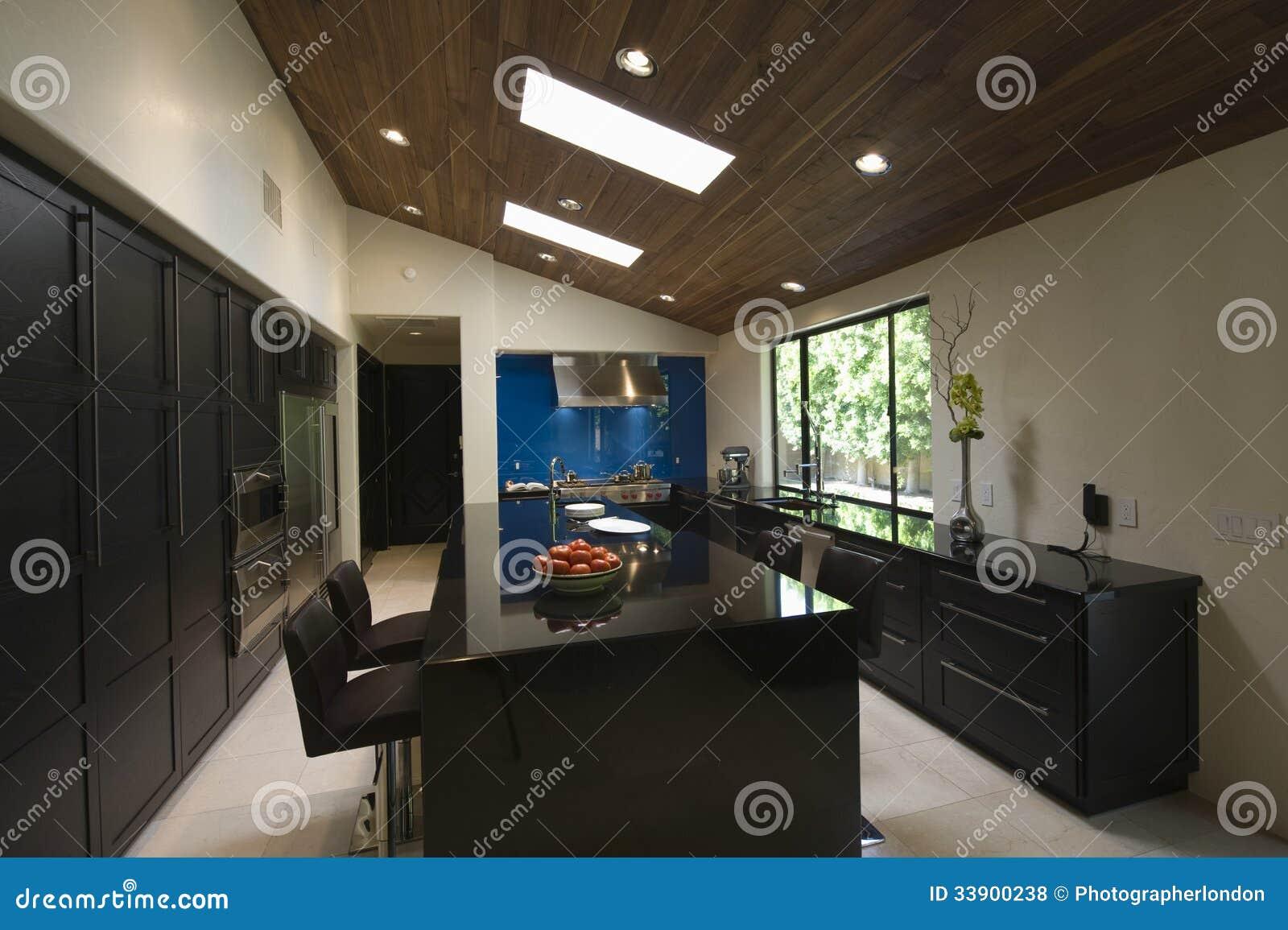 Modernt kök med takfönster royaltyfria foton   bild: 33900238