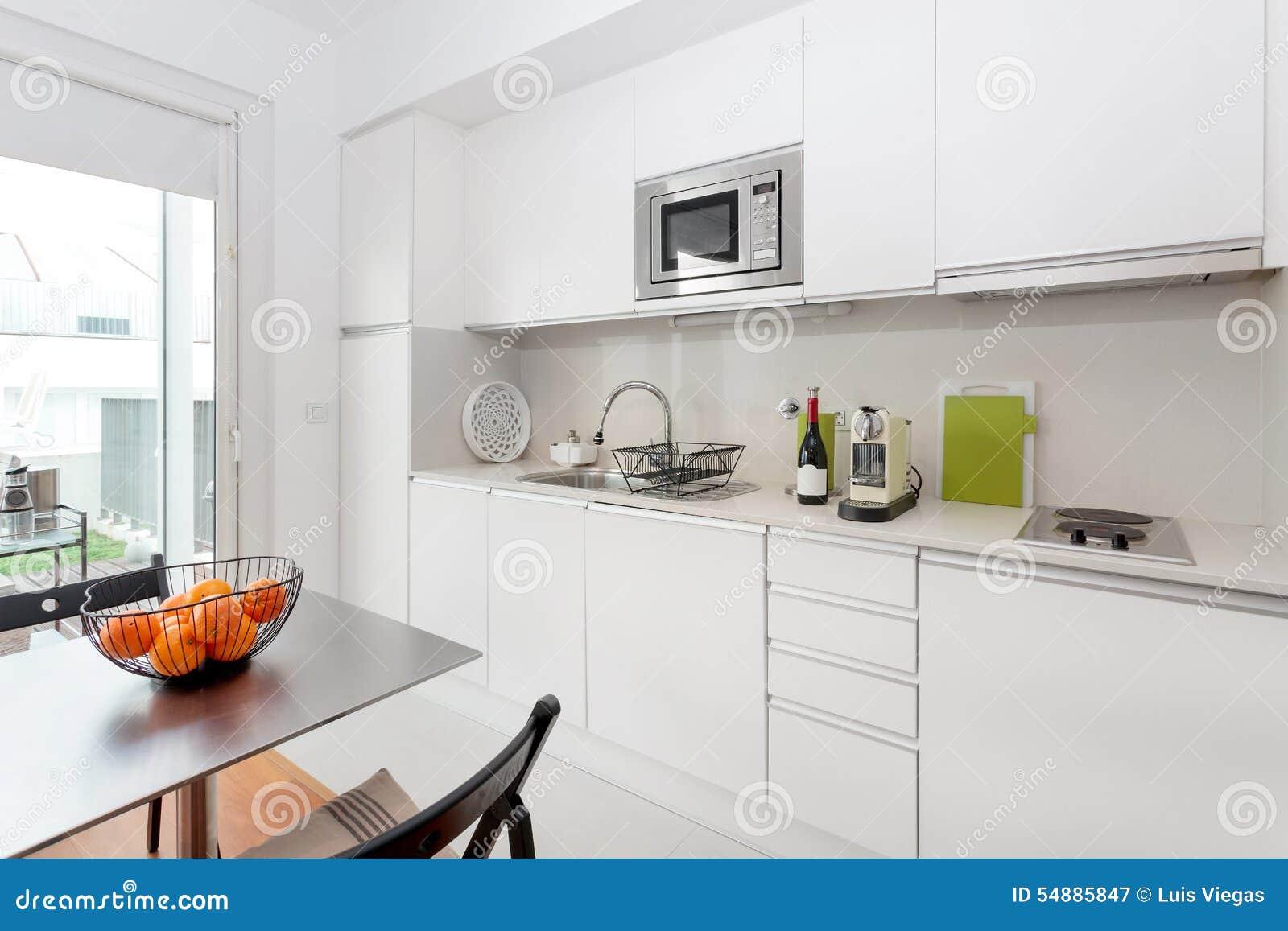 Modernt kök med vitt möblemang arkivfoto   bild: 54885847