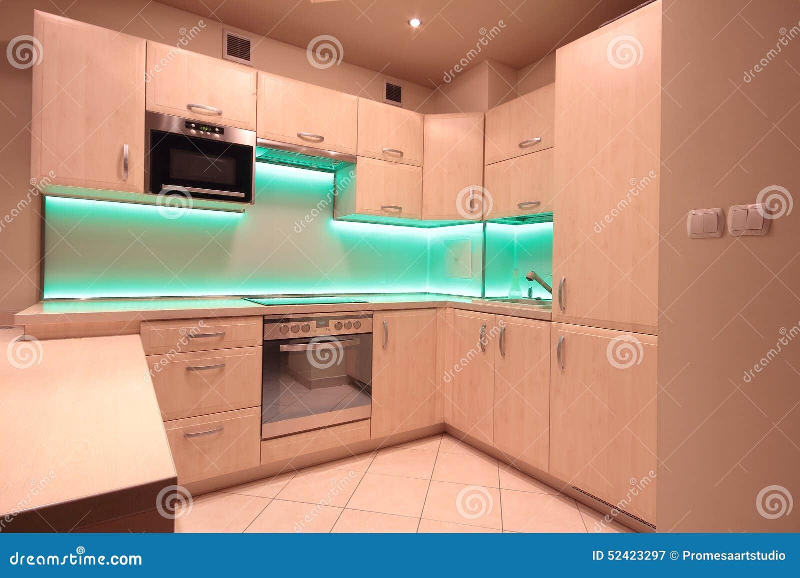 Modernt lyxigt kök med gräsplan ledde belysning arkivfoto   bild ...
