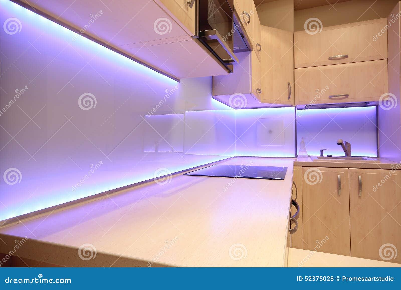 Modernt lyxigt kök med lilor ledde belysning arkivfoto   bild ...