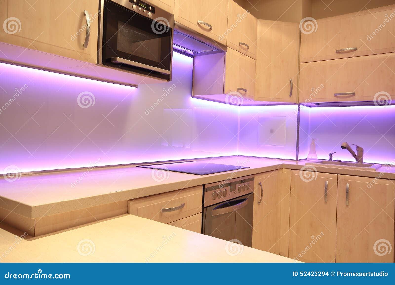 Modernt lyxigt kök med rosa färger ledde belysning arkivfoto ...