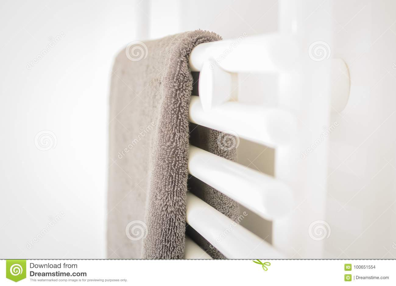 Modernt rent vitt badrum - handduk och uppvärmning