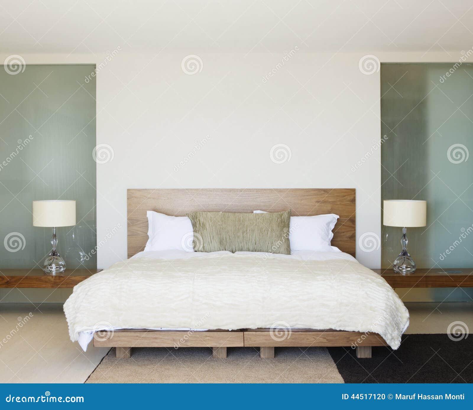 Modernt sovrum med träsäng arkivfoto   bild: 44517120