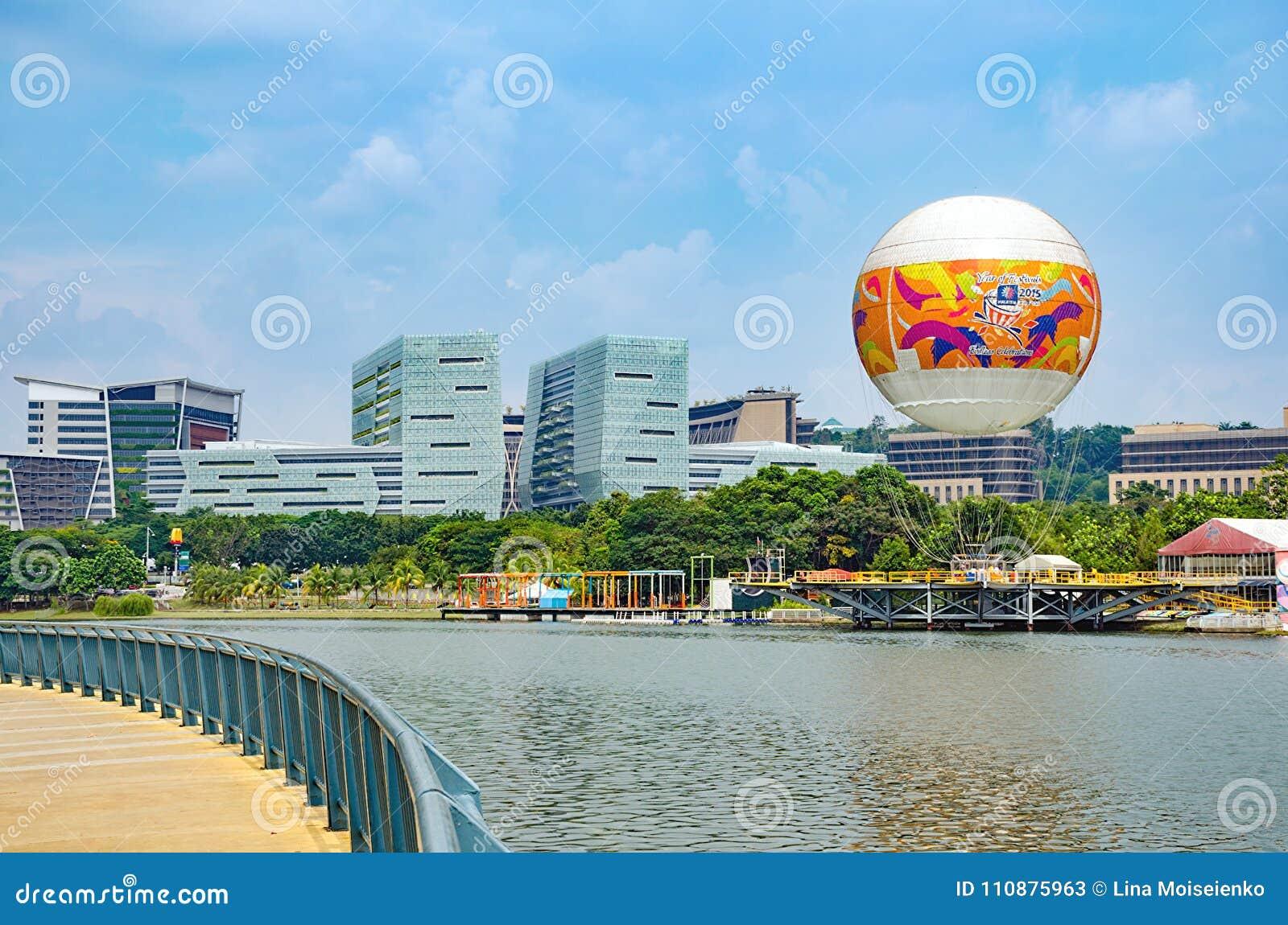 Modernt stadslandskap - dragningsflyget i ballong för varm luft i Skyrides festivaler parkerar Putrajaya