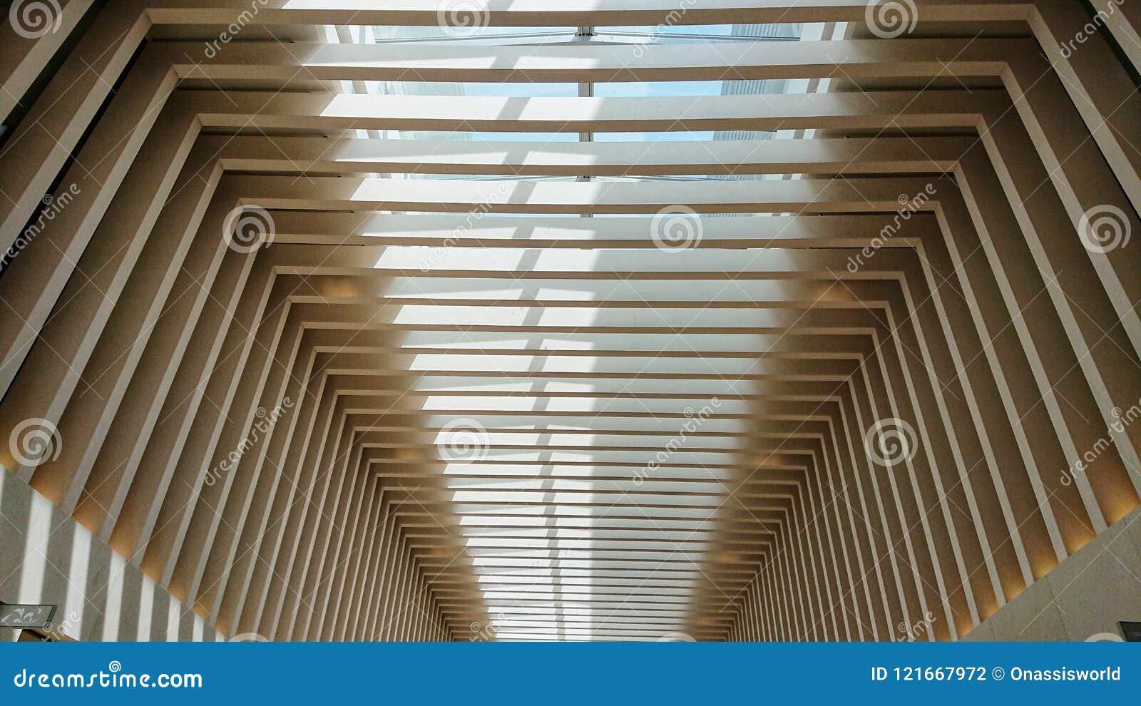 Modernt tak av en lyxig köpcentrum