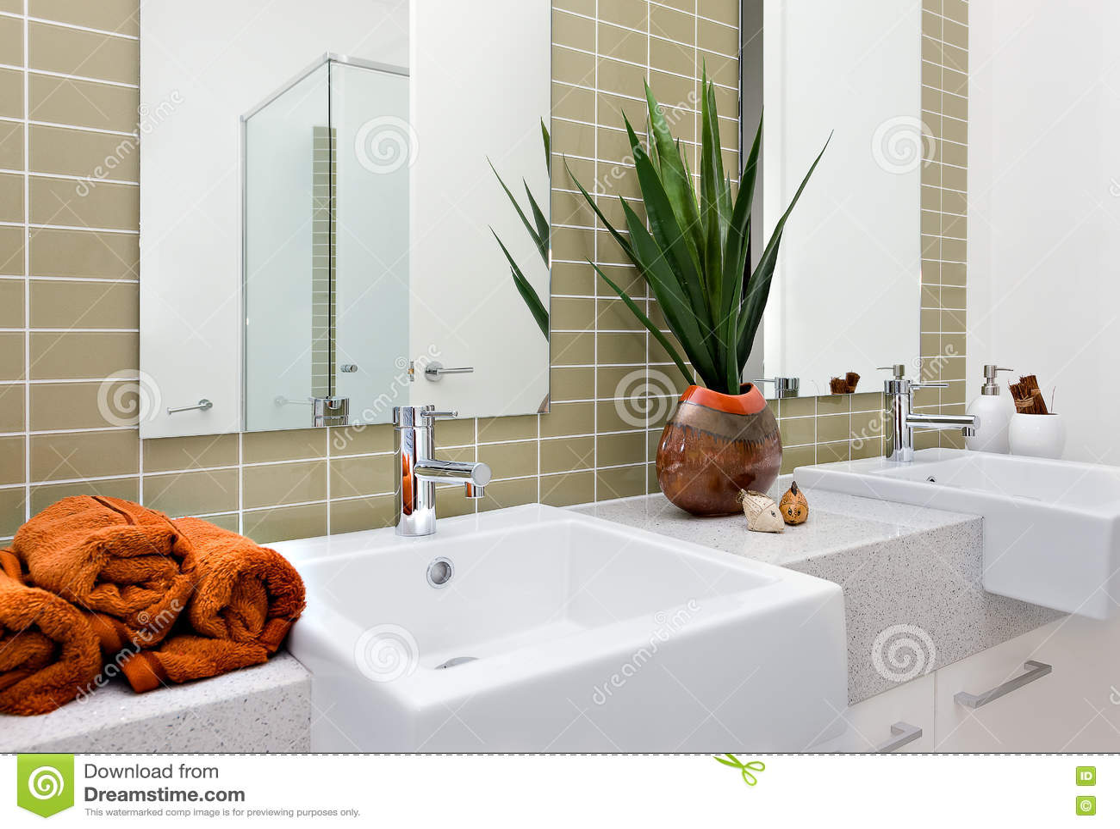 Modernt tvättande område, inklusive en orange färghandduk med silver