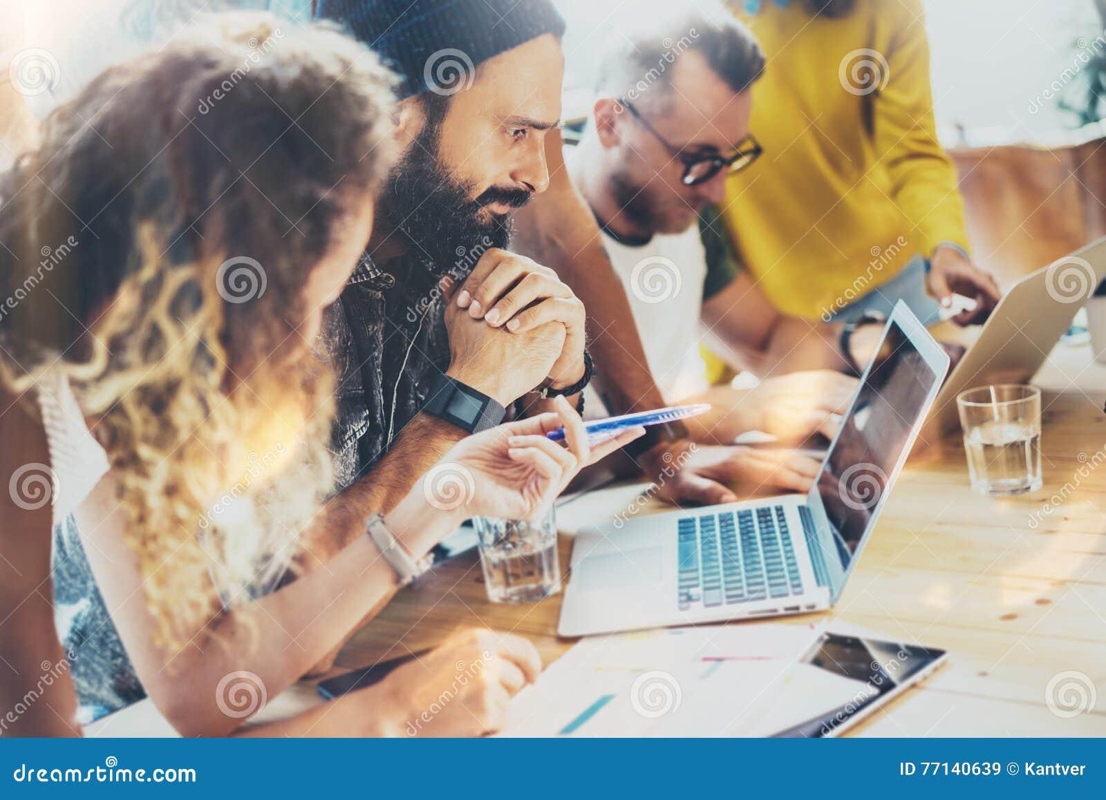Modernt ungt samlat affärsfolk för grupp diskutera tillsammans idérikt projekt Diskussion för Coworkerskläckning av ideermöte
