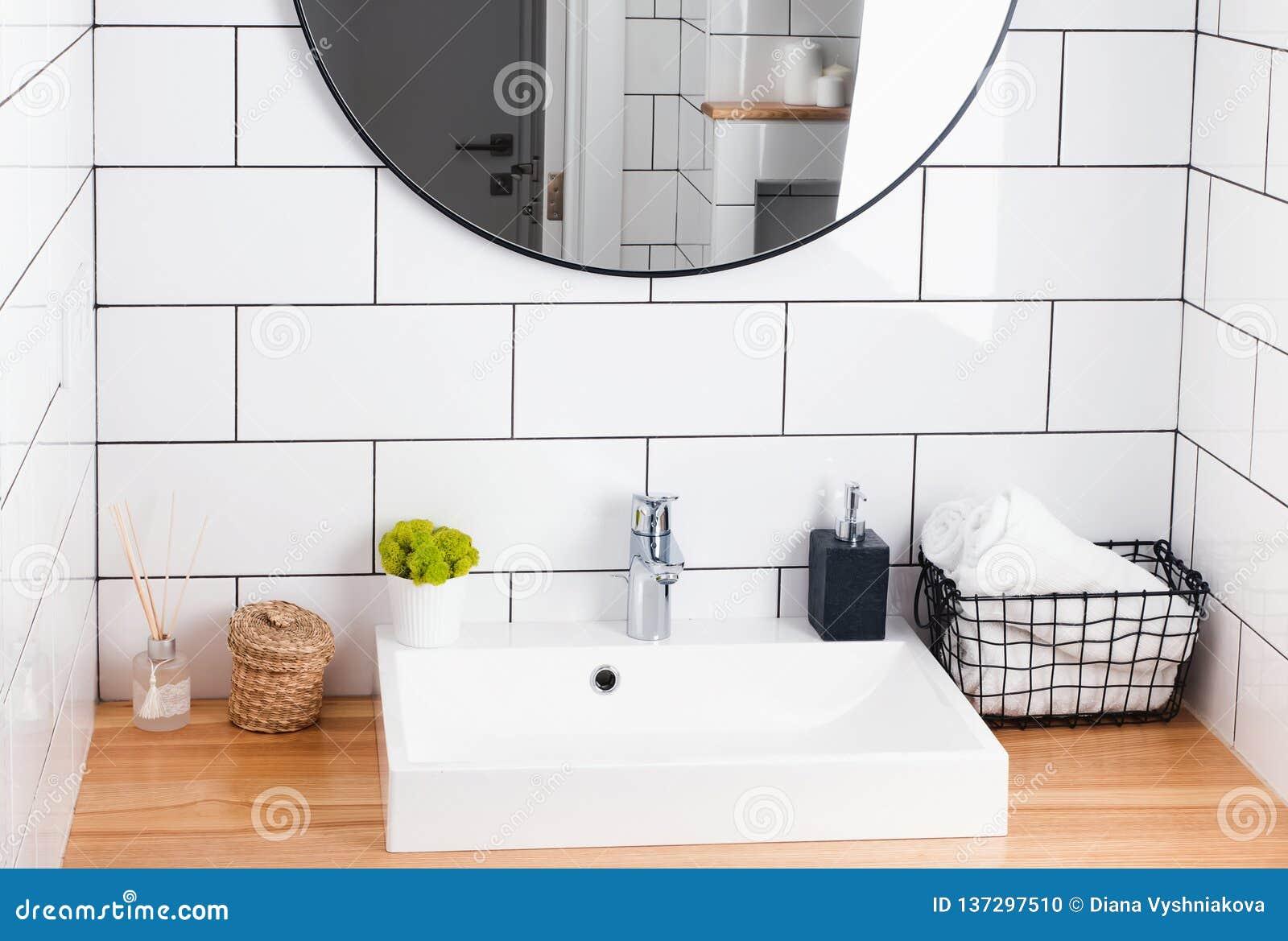 Modernt vitt badrum som är inre i detaljer