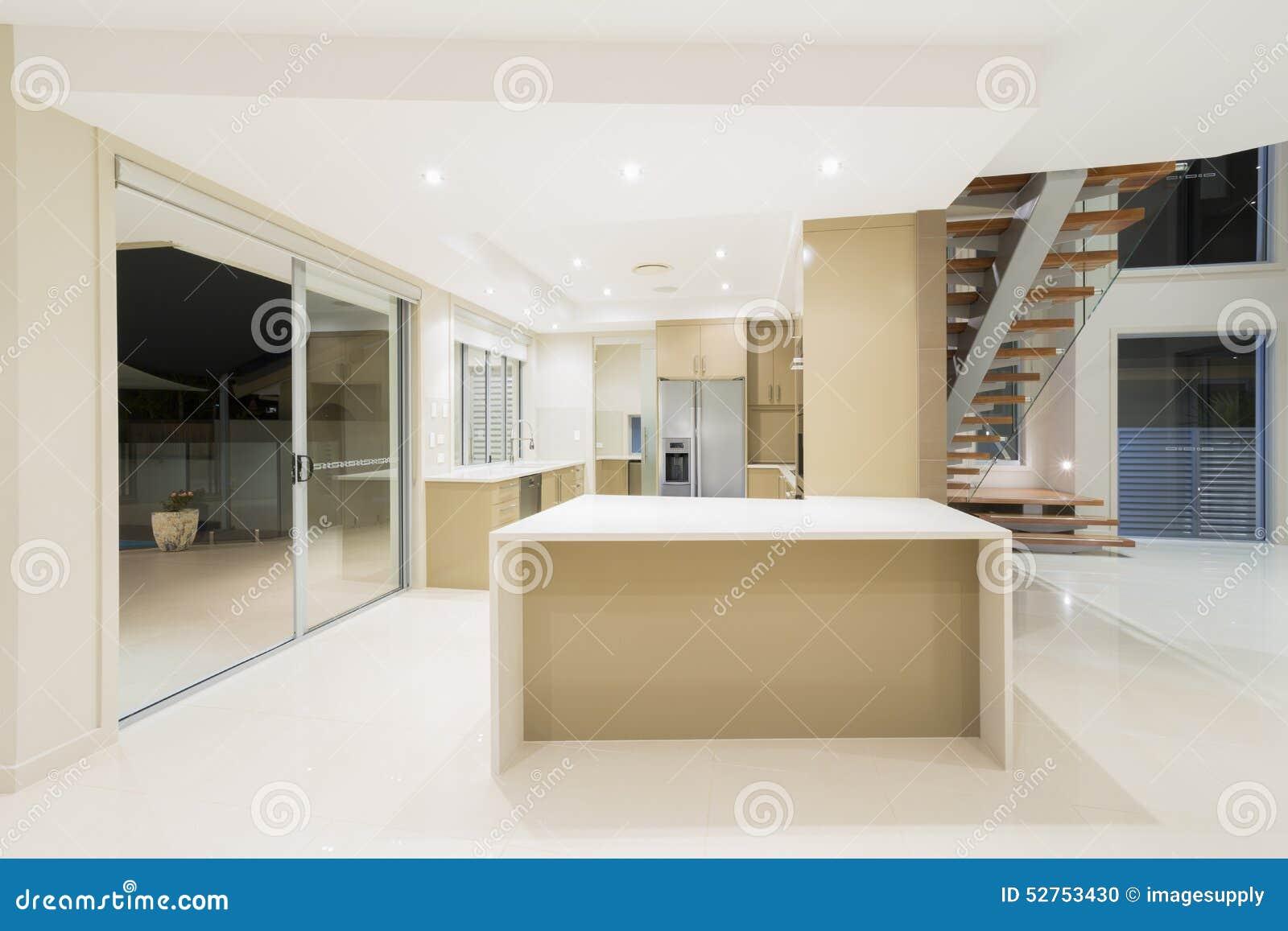 Modernt vitt kök i nytt lyxigt hem arkivfoto   bild: 52753430