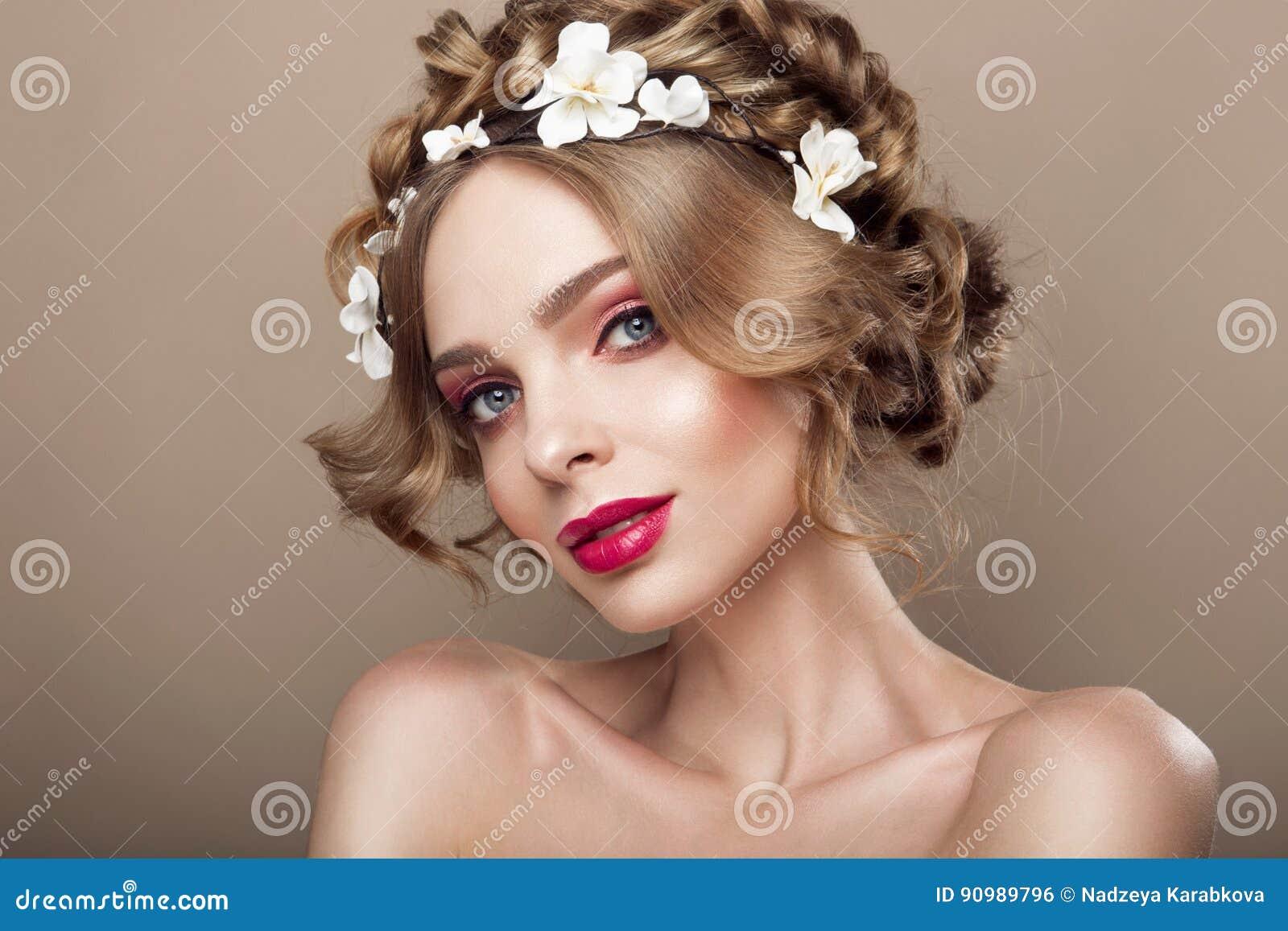 Modeskönhetmodell Girl med blommahår Brud Perfekt idérik smink- och hårstil frisyr