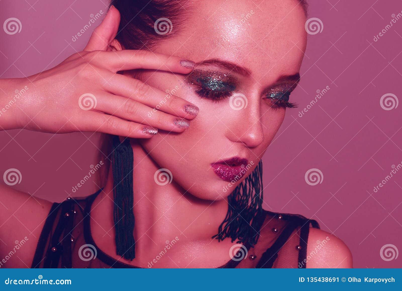 Modestående av den unga eleganta flickan i grön makeup Kulör bakgrund, studioskott Härlig brunettkvinna läder för brunettflickaom