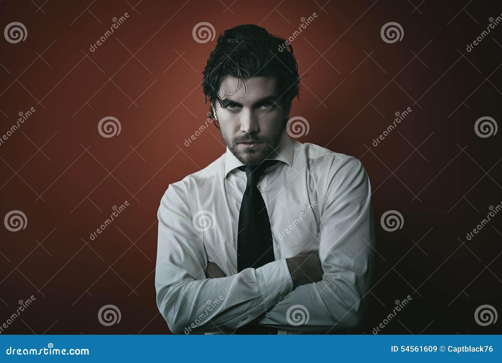 Modevampirs-Mannporträt mit dunklen Tönen