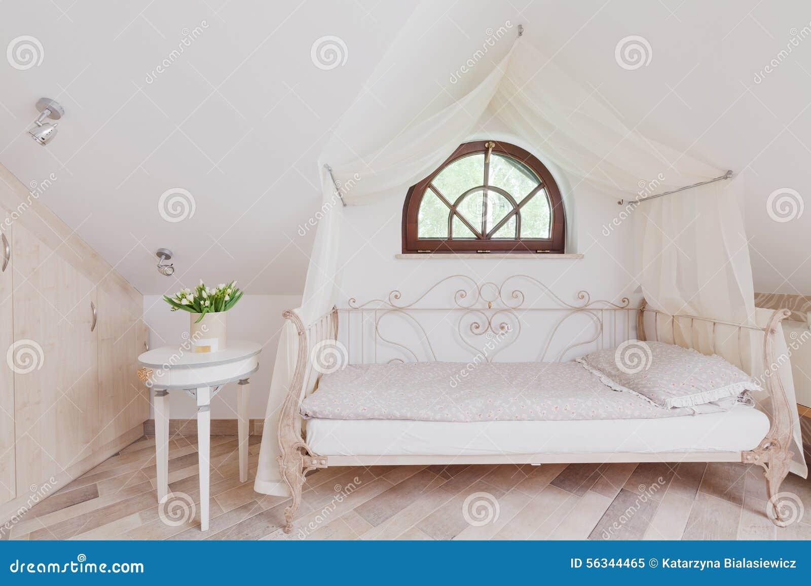 Modieus bed in romantische slaapkamer stock foto   afbeelding ...