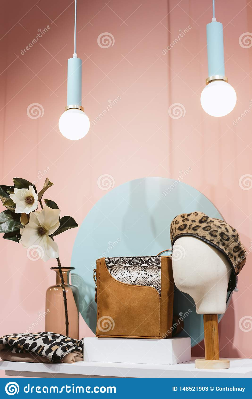 Modieus concept baret, zak, hoed