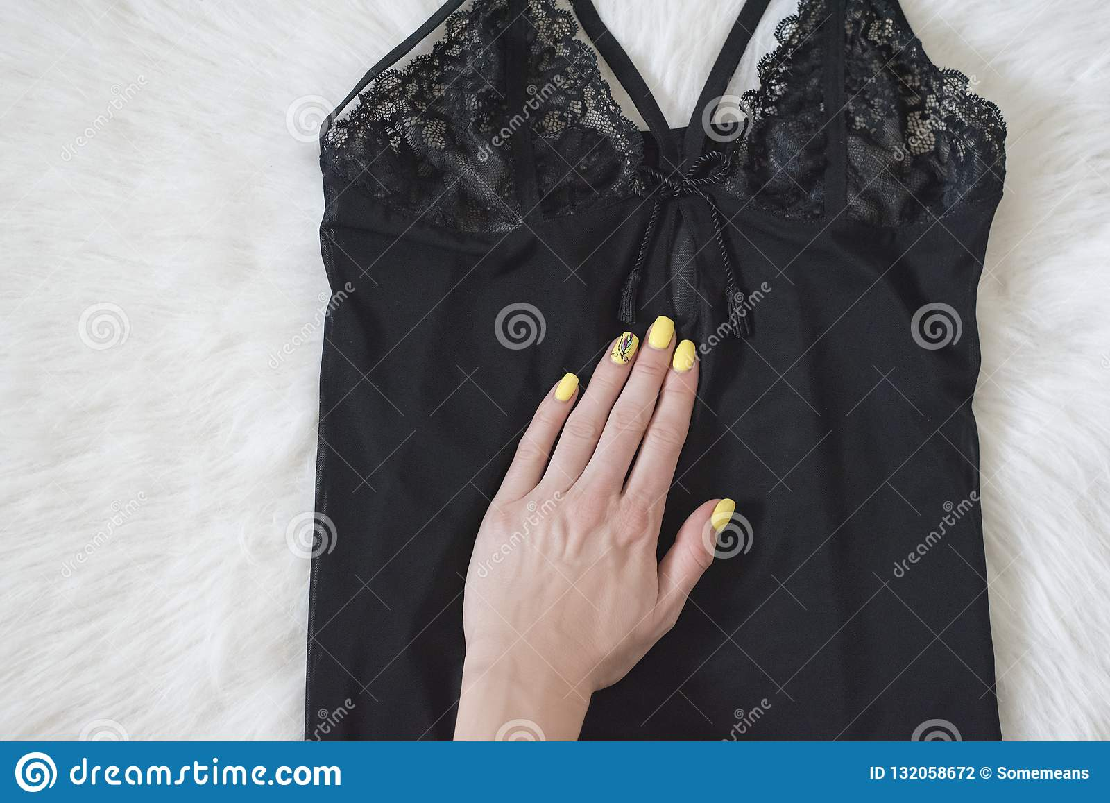 Modieus concept Het zwarte vest van de kantpyjama en femalehand op wh