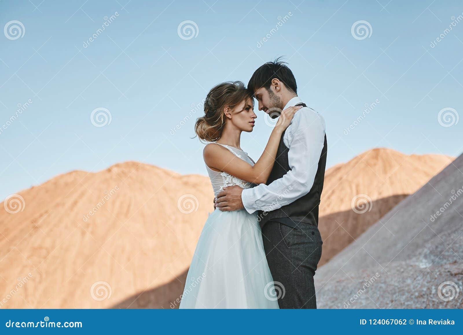 Modieus en mooi paar, sexy en elegant blonde modelmeisje met modieus kapsel, in witte kantkleding en