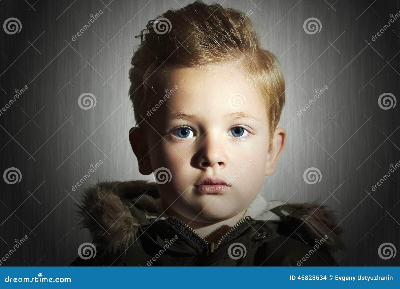 Modieus kind in de winterlaag Het Jonge geitje van de manier Kinderen kaki parka weinig jongenskapsel
