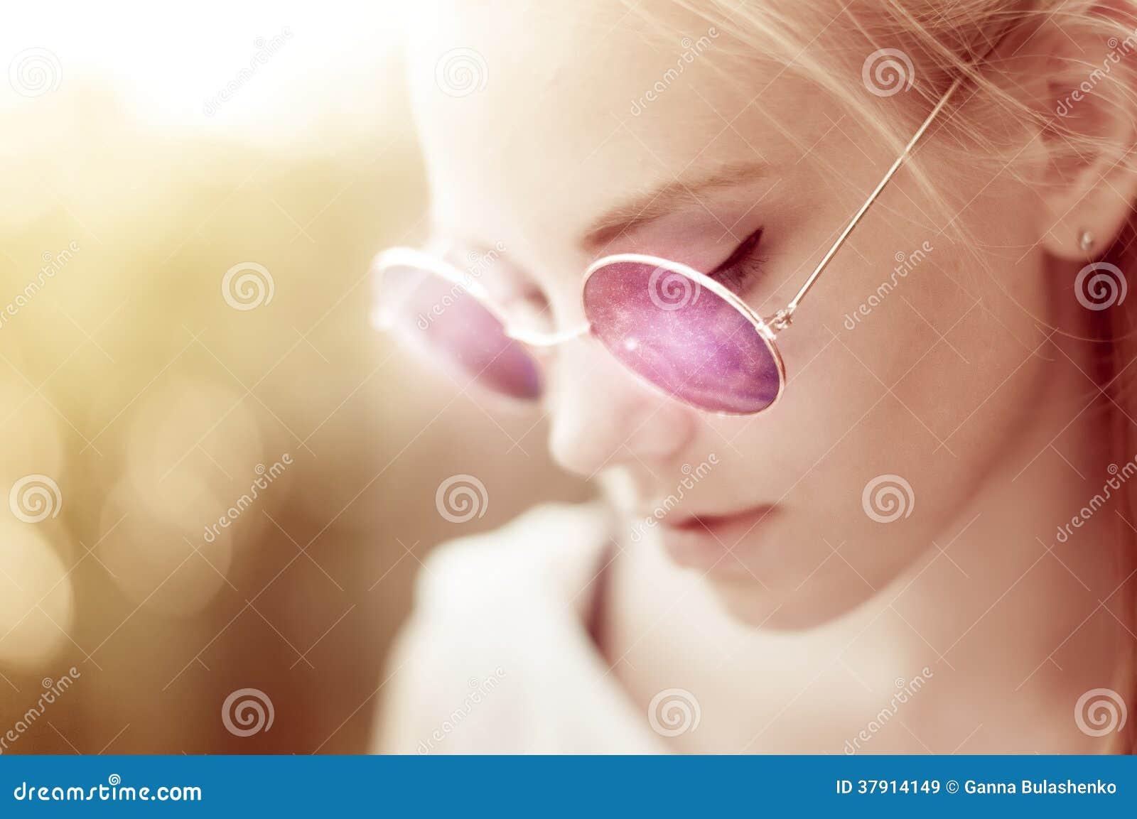Modieus meisje met purpere ronde retro zonnebril
