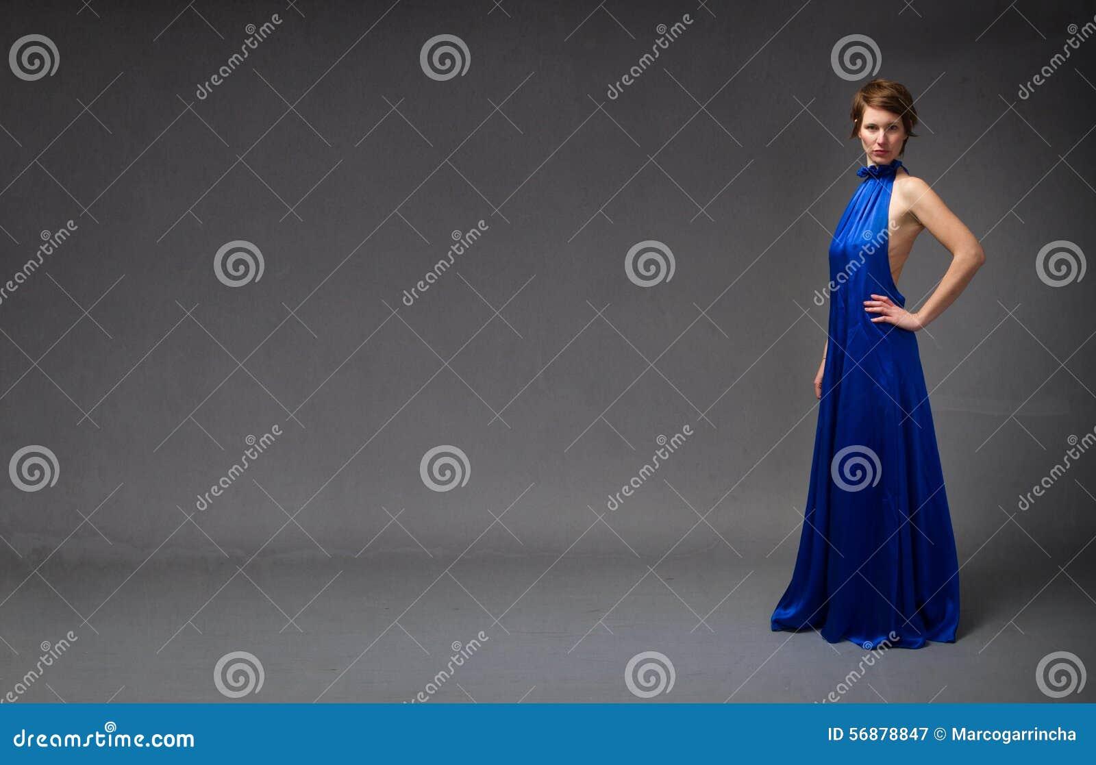 Modieus model in blauwe elektrische kleding