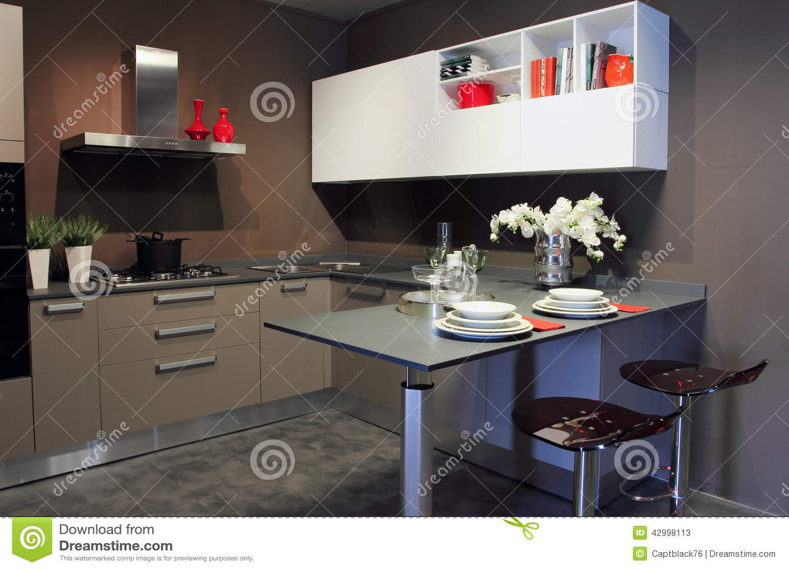 Moderne Donkere Grijze Keuken Met Verlichting Stock Foto ...