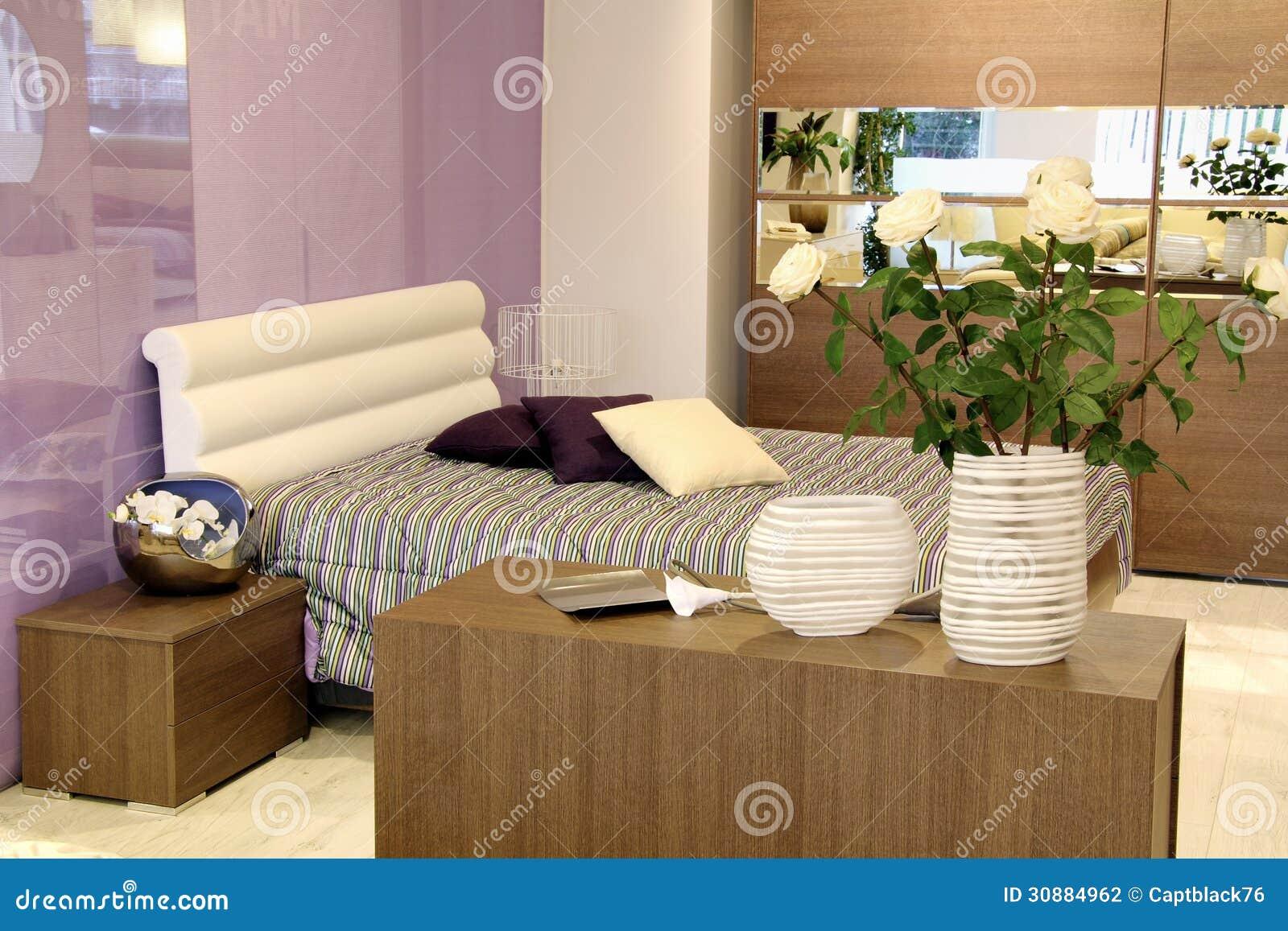 Moderne Slaapkamer Stoel : Modieus purper en wit bed in moderne ...