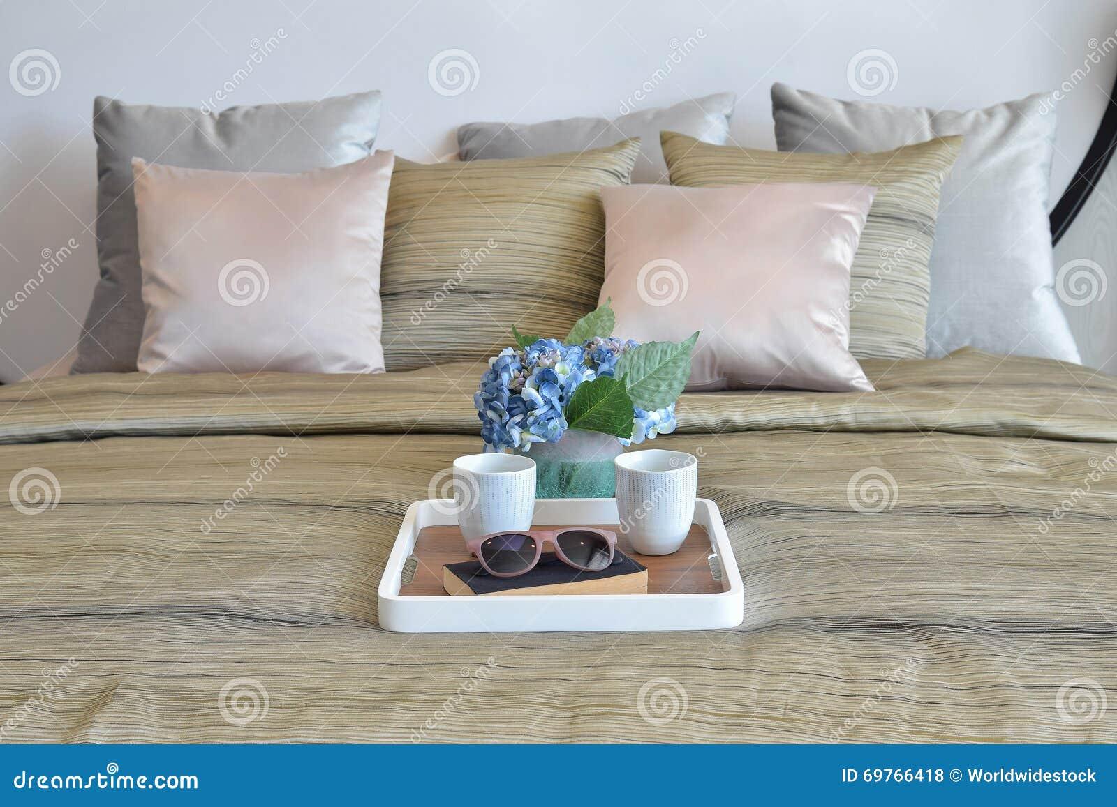 Modieus slaapkamerontwerp met decoratieve dienblad en hoofdkussens ...