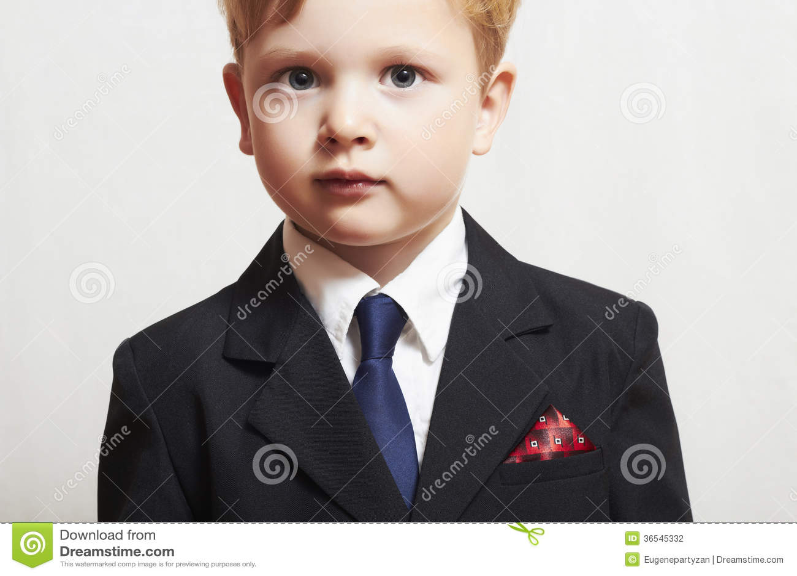 Modieus weinig jongen in suite.business kid.children.manager