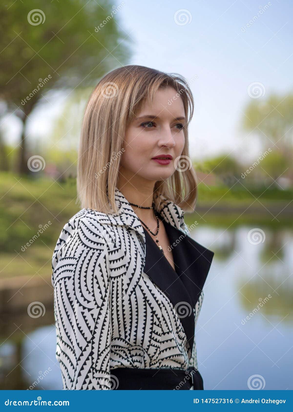 Modieuze blonde vrouw