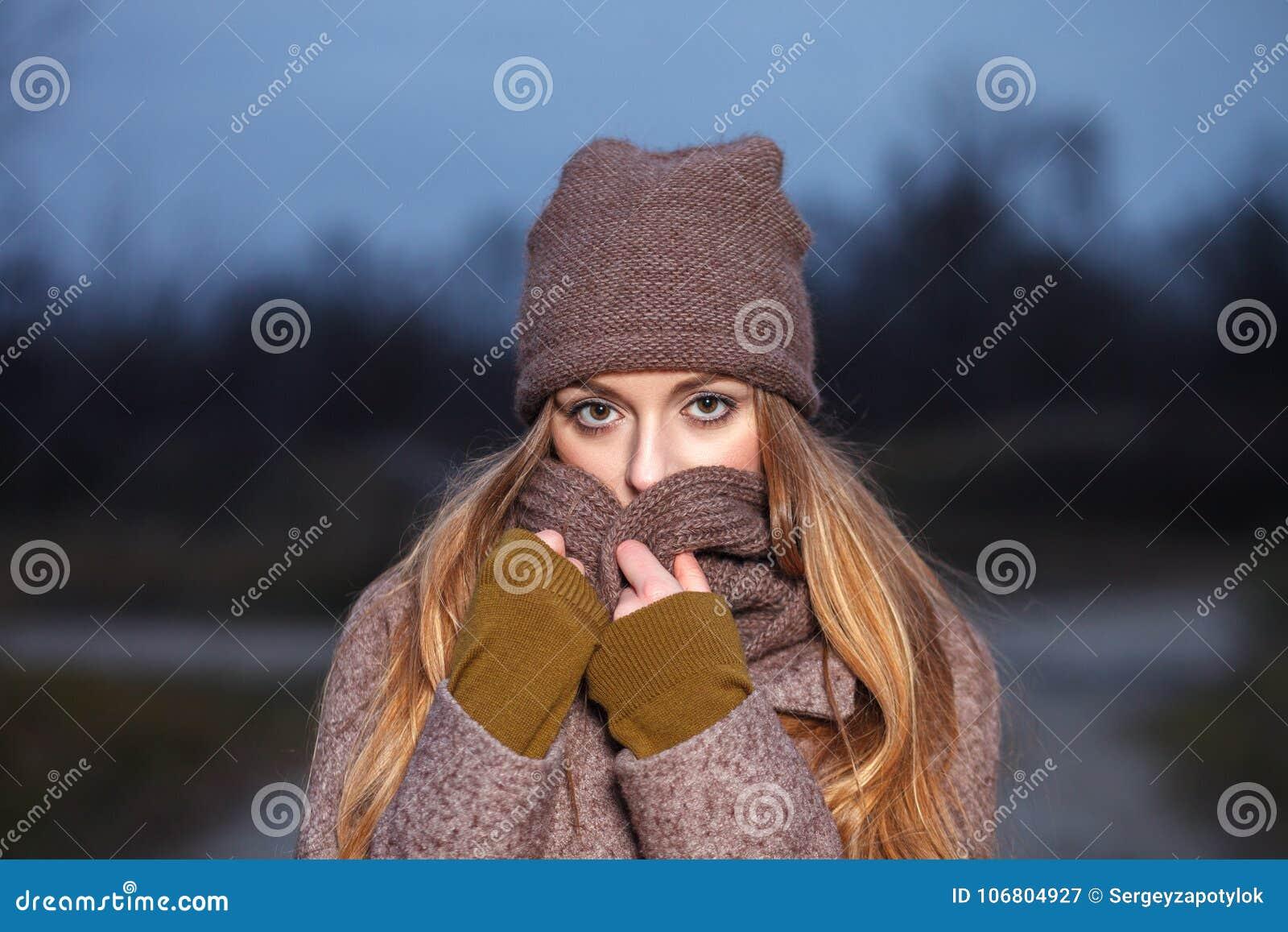 Modieuze blondevrouw in in stedelijk outwear stellend koud weer bospark Uitstekende filterfilm verzadigde kleur Conce van de dali