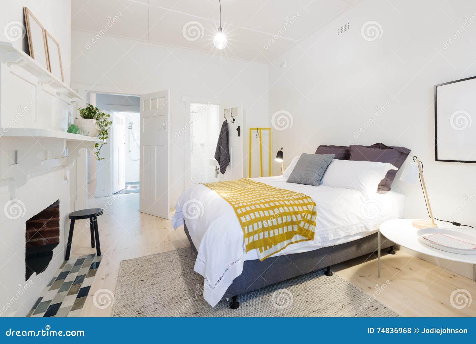 Slaapkamer En Suite : Modieuze eigentijdse slaapkamer met ensuite en gele accenten stock