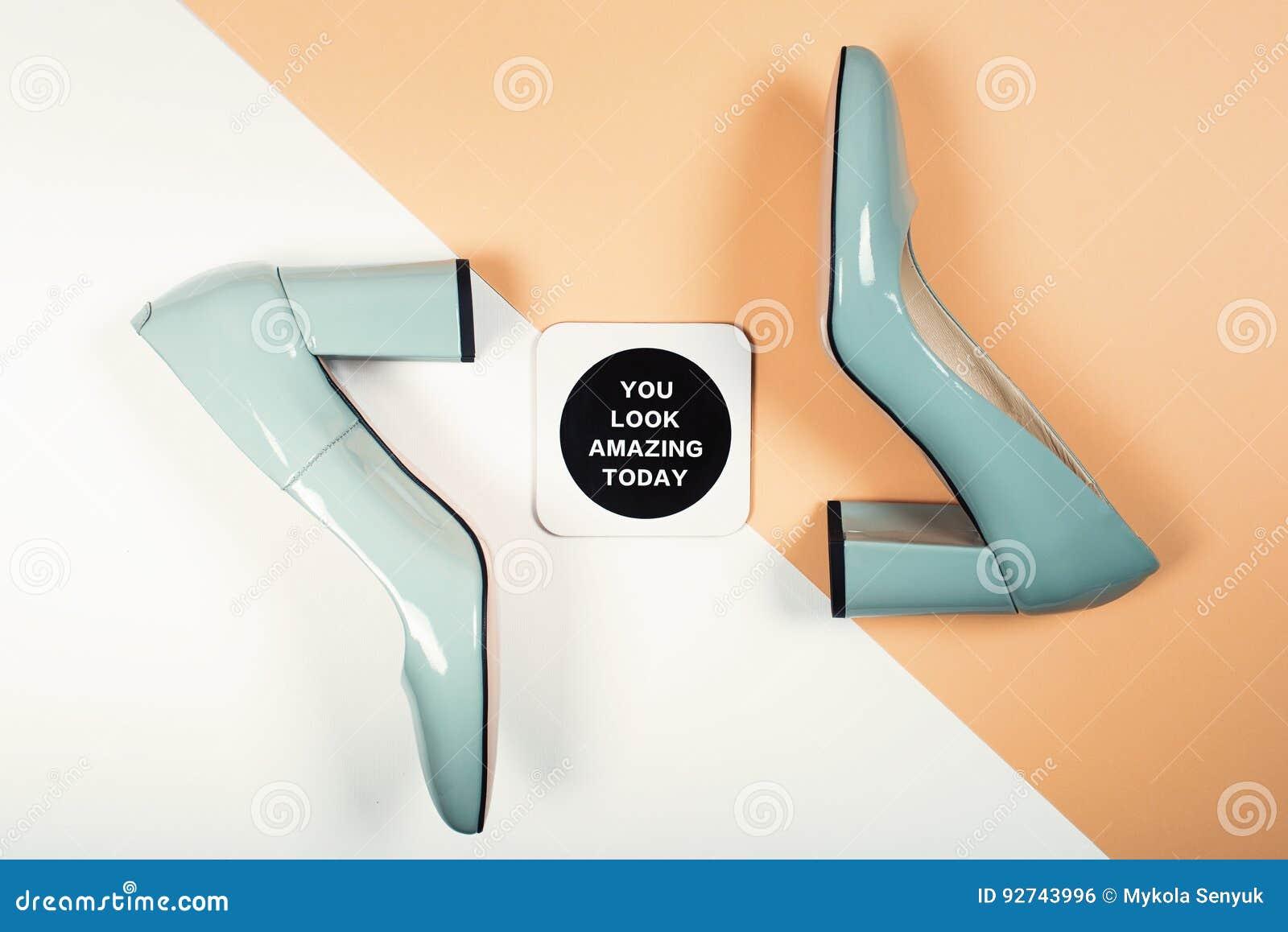 Modieuze In hielen De Uitrusting van de de zomermanier, de schoenen van de Luxepartij Minimaal manierconcept