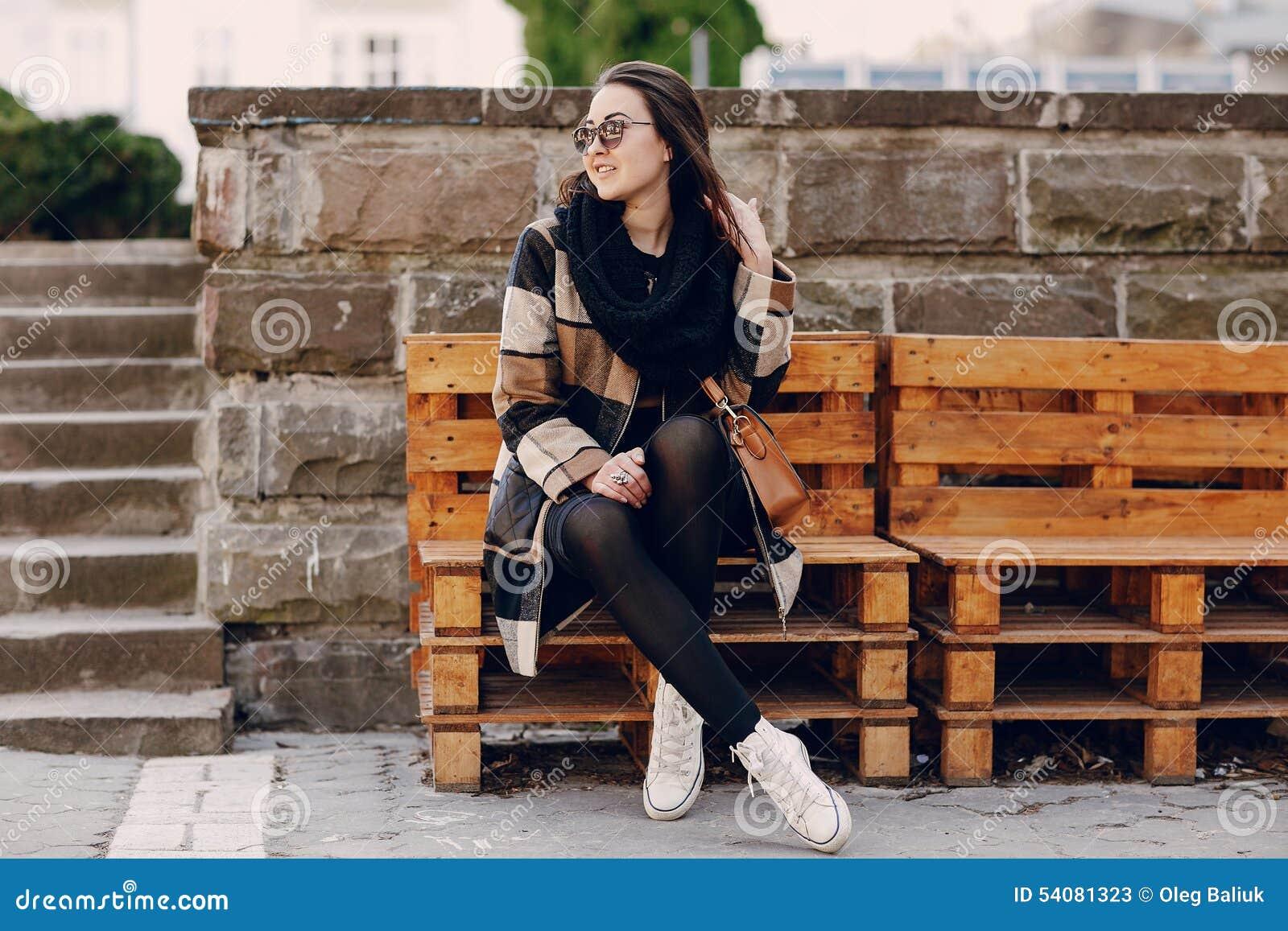 Modieuze jonge vrouw