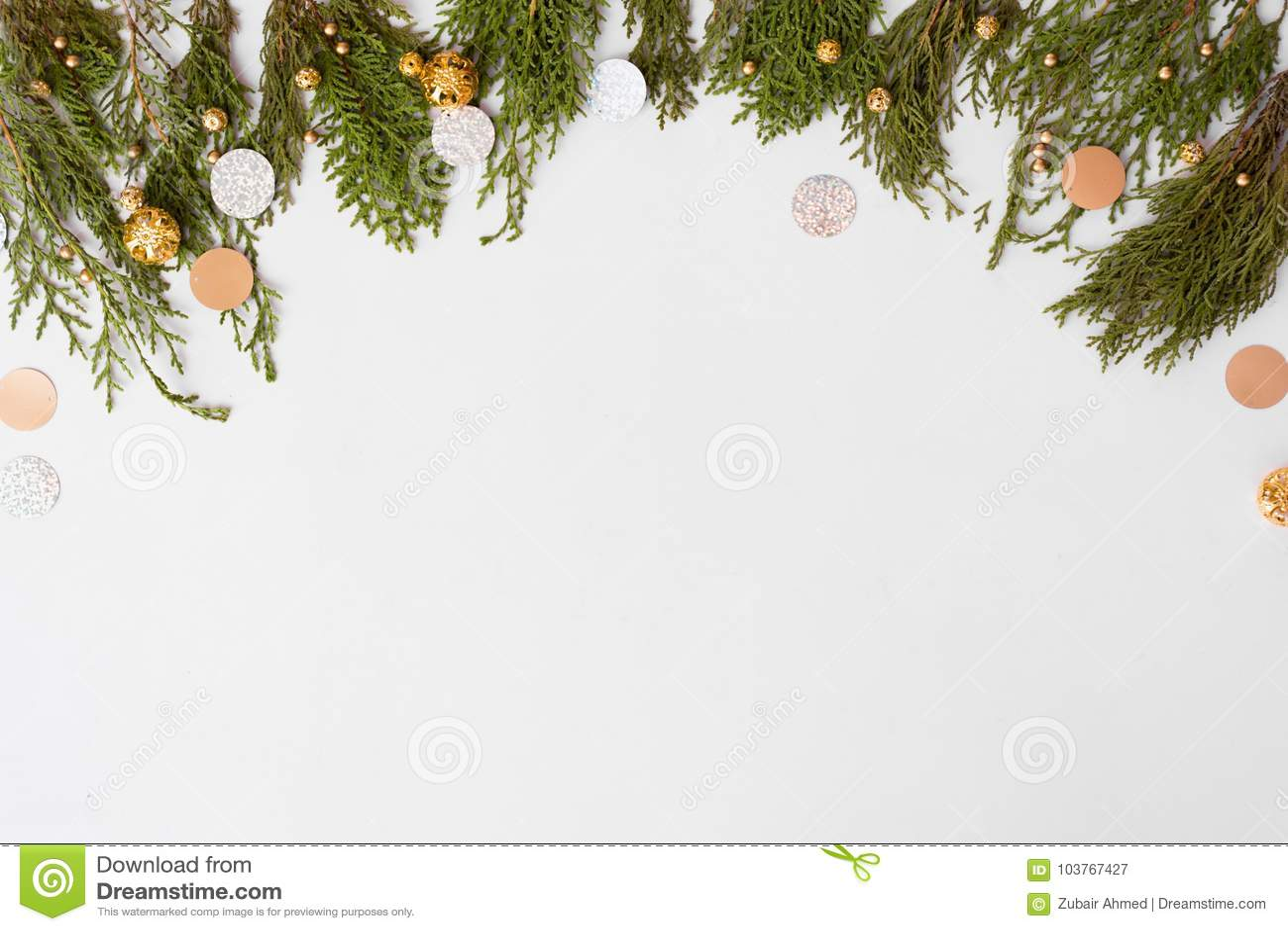 Modieuze Kerstmissamenstelling spartakken en Kerstmisdecoratie op witte achtergrond Vlak leg hoogste mening