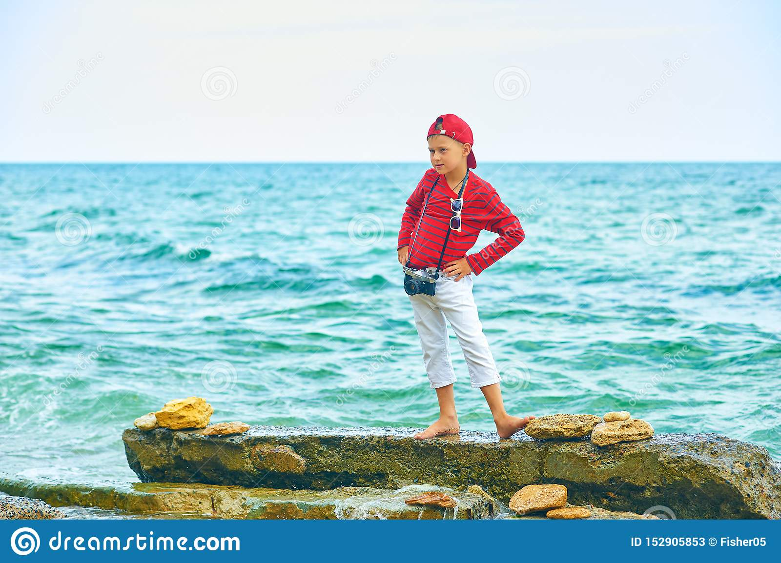 Modieuze knappe jongen op de overzeese kust rust en reis