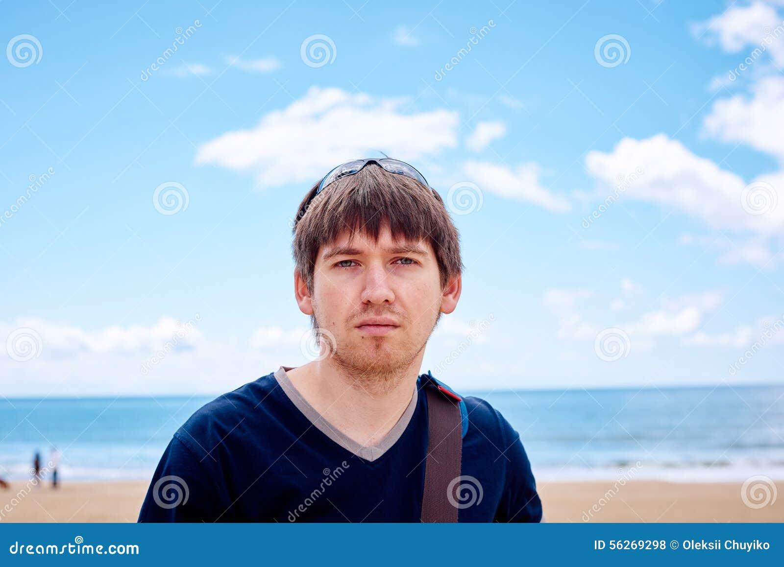 Modieuze mens op het strand